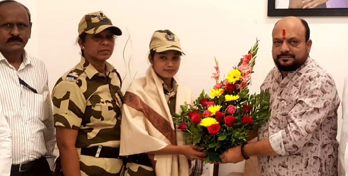 Gulabrao Patil felicitated Lata Bansole who saved the life of a passenger