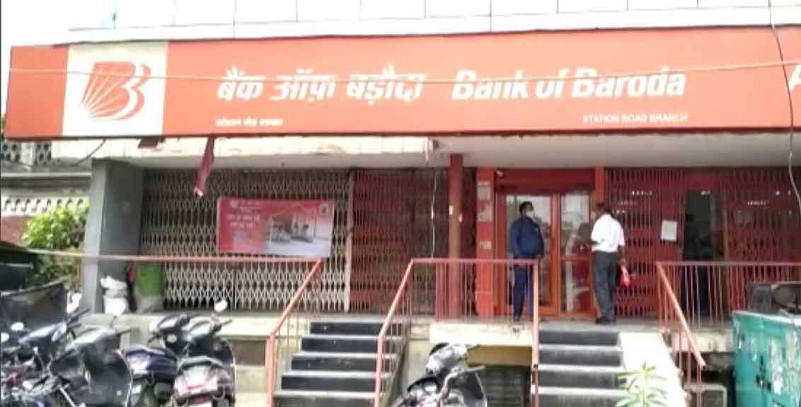 bank of baroda customer injured mask argument security personnel firing