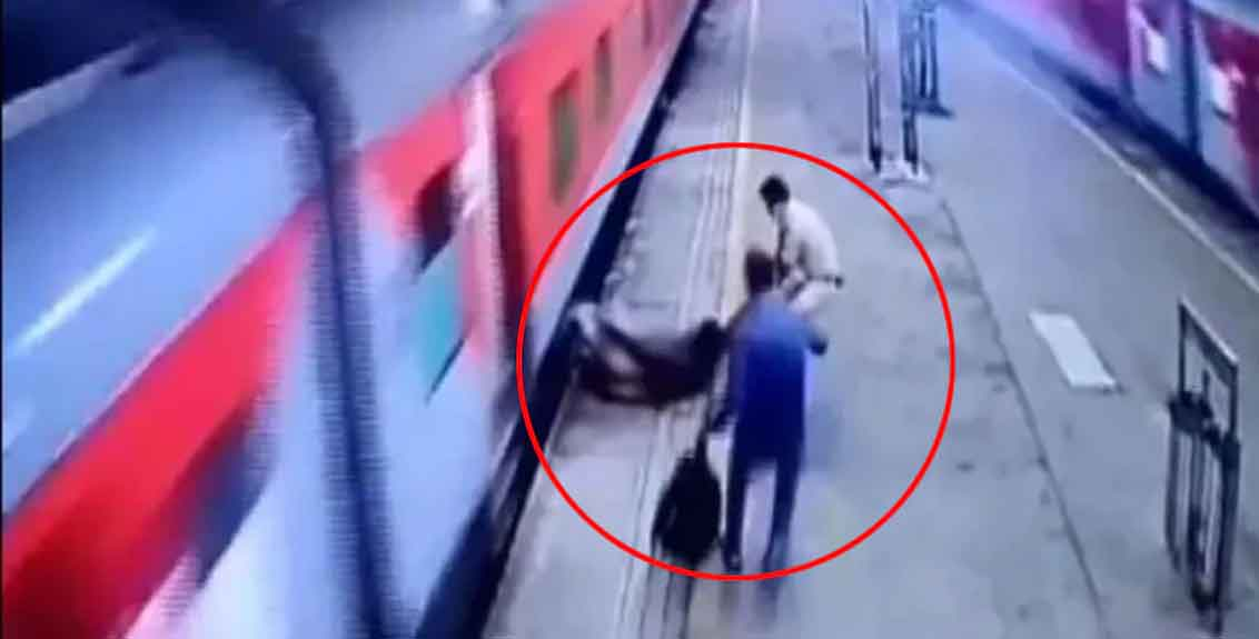 The passenger fell down while trying to get off the running train, RPF jawan's promptness saved his life